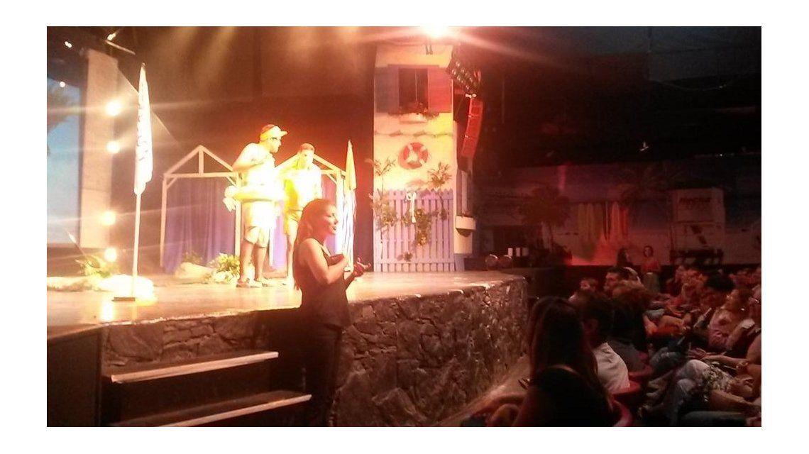 Los bañeros se divierten incorporó una intérprete para hipoacúsicos en su show