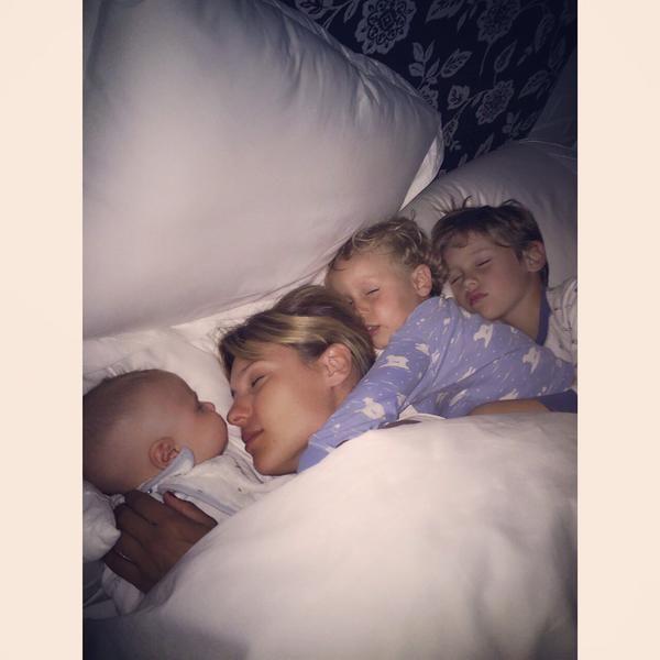 Con una tierna foto con sus hijos, Pampita apuesta al colecho