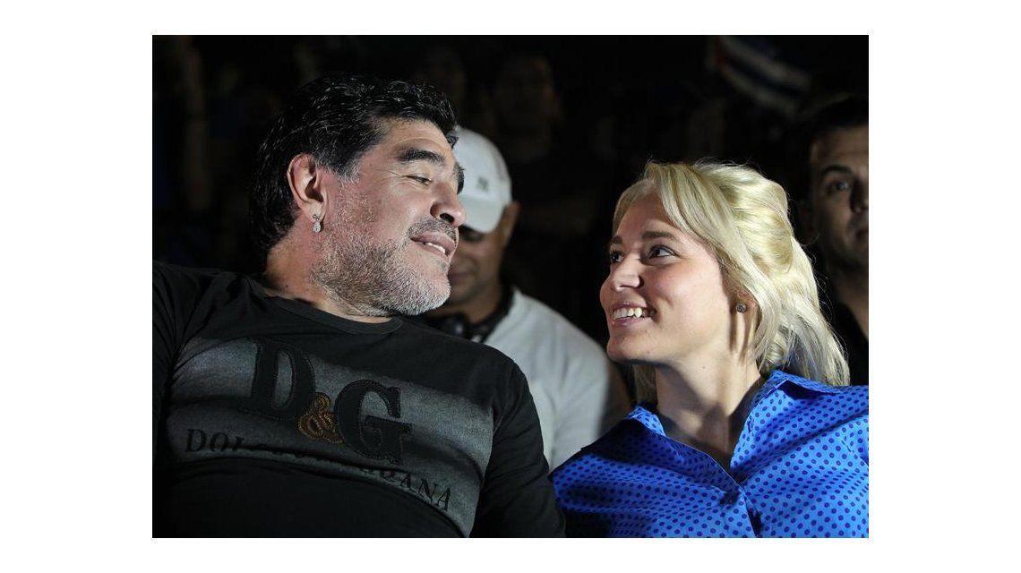 Diego Maradona, cariñoso con Rocío Oliva en un concierto de Silvio Rodríguez