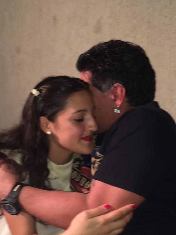 El abrazo de Maradona y su hija Jana