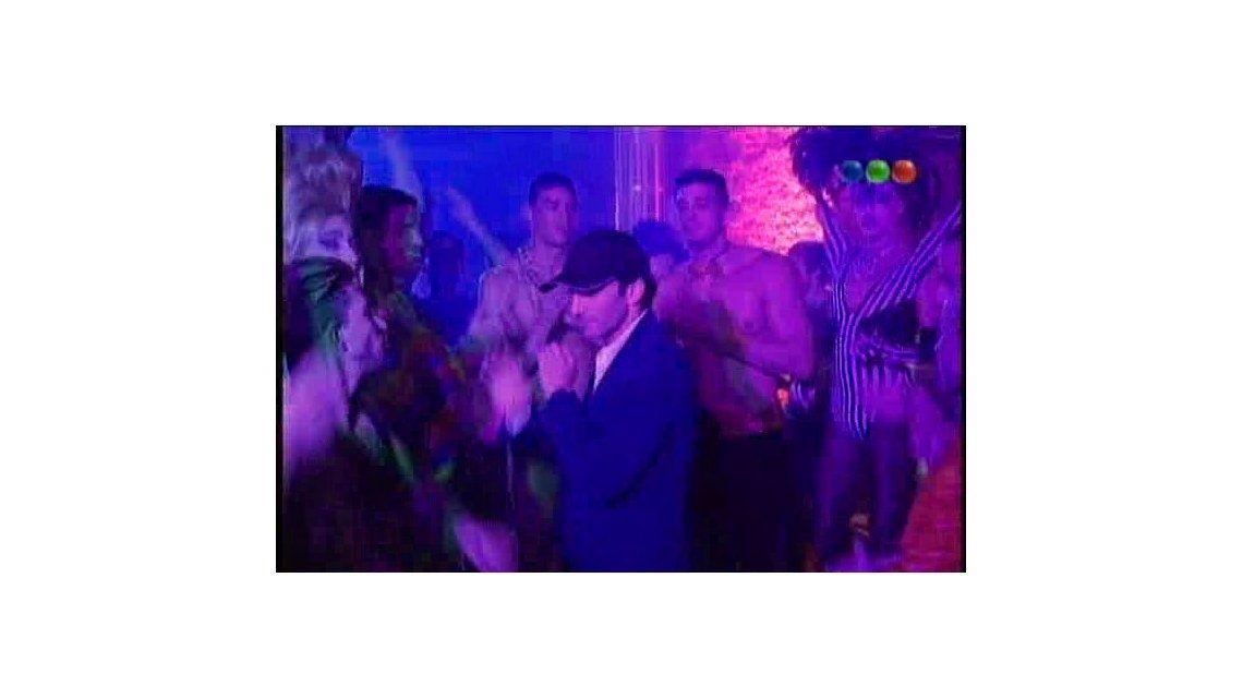 Juan Minujín mostró las plumas en Viudas: su coreo en un boliche gay