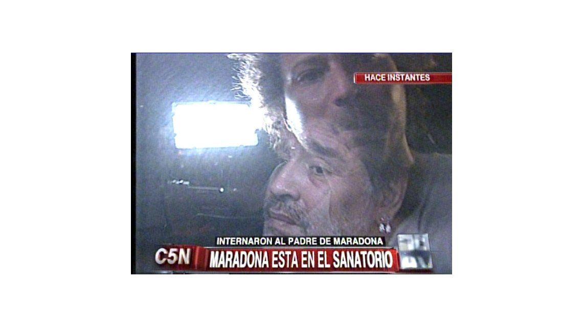 Diego Maradona llegó a la Argentina: evitó a la prensa y se dirigió a la clínica donde se encuentra internado su padre