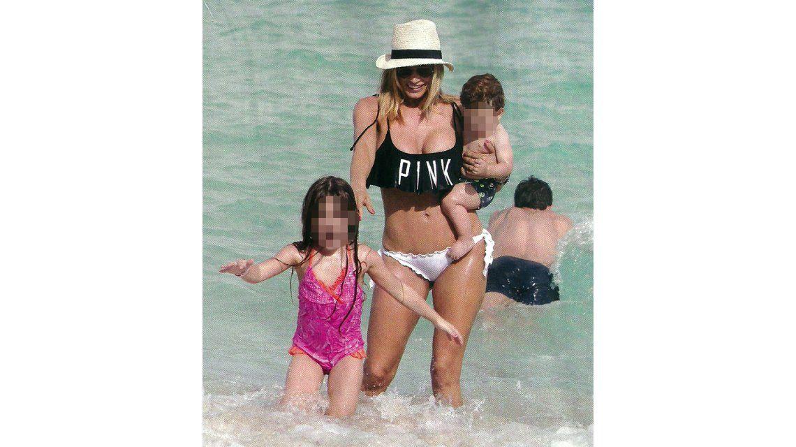 Claudia Fernández acepta sus nuevas curvas y las luce en la playa