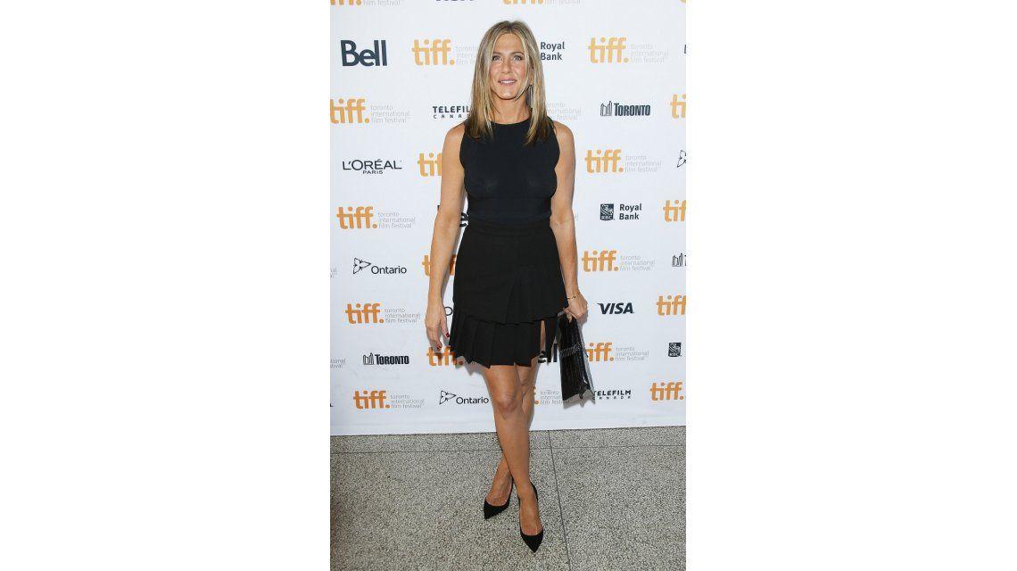 El momento sexy y revelador de Jennifer Aniston: fue a un evento sin corpiño
