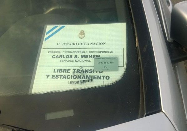 Multaron a Carlitos Nair por estacionar mal su auto en el aeropuerto de Neuquén