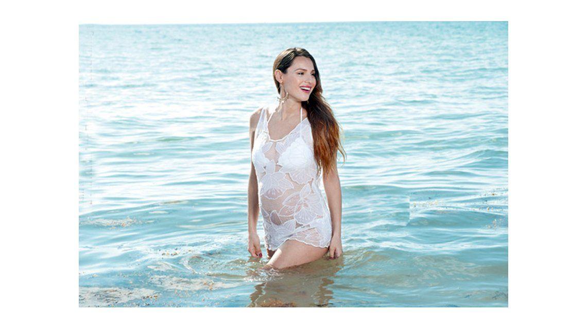 Bella y sensual, Pampita mostró su panza en una producción de fotos