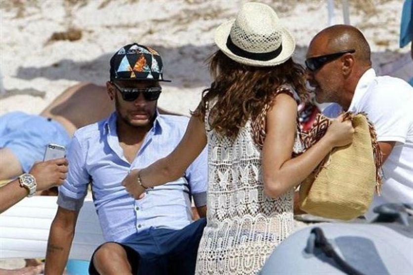 Con una faja en su cuerpo, Neymar disfruta de sus vacaciones junto a su novia