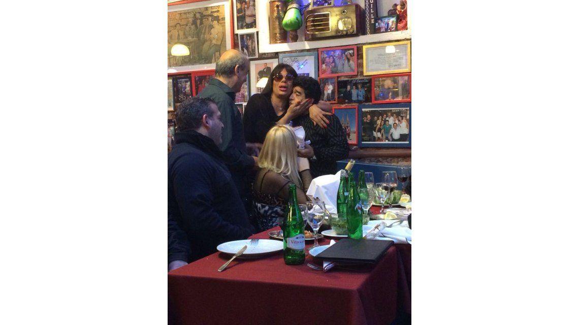 Fiesta y ¿reconciliación?: Maradona cenó con Ojeda y se encontró con Oriana Junco