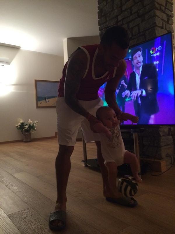 La tierna foto del hijo de Carlos Tevez jugando a la pelota