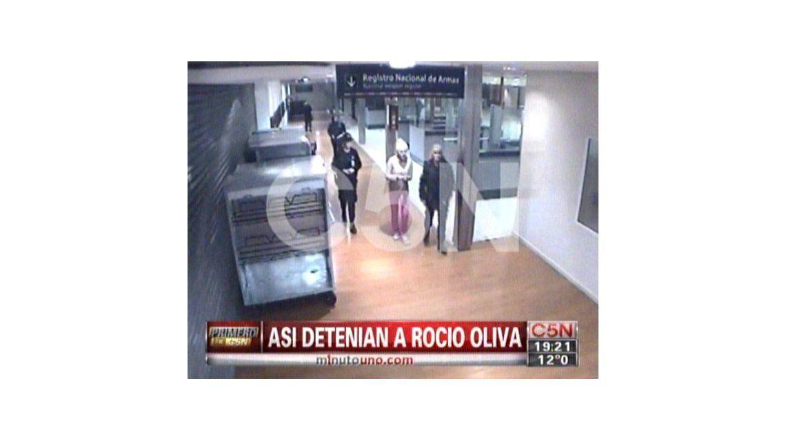 Las imágenes de la detención de Rocío Oliva en Ezeiza con las esposas puestas