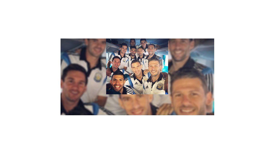La selección llegó a Río y el Pocho Lavezzi publicó una foto del grupo en el micro