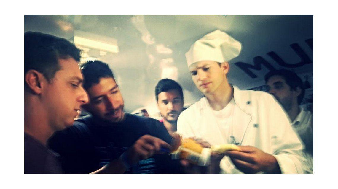 Insólito: Ashton Kutcher se metió a cocinar en un micro de argentinos en Río de Janeiro