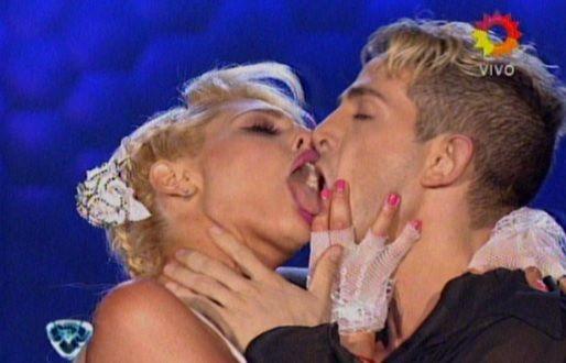 El asqueroso beso de la griega Vicky Xipolitakis a su bailarín: fuertes críticas del jurado
