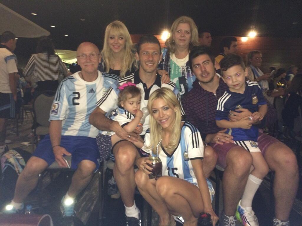 El festejo de Demichelis junto a Evangelina Anderson después del partido