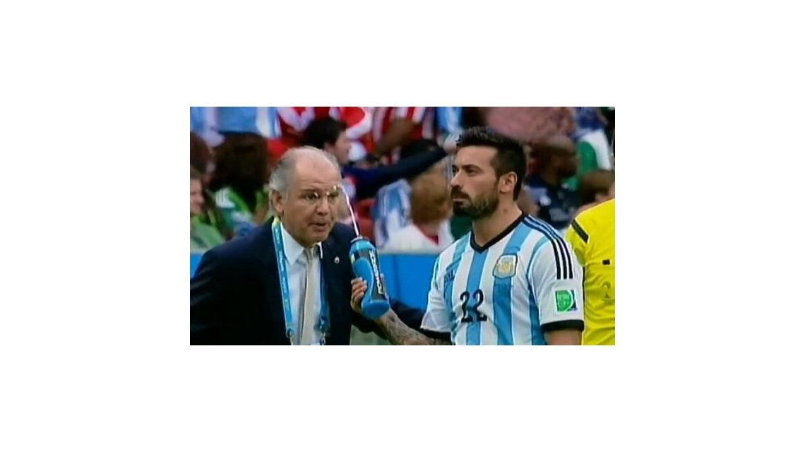 La divertida broma de Lavezzi a Sabella: en pleno partido ¡le tiró agua!