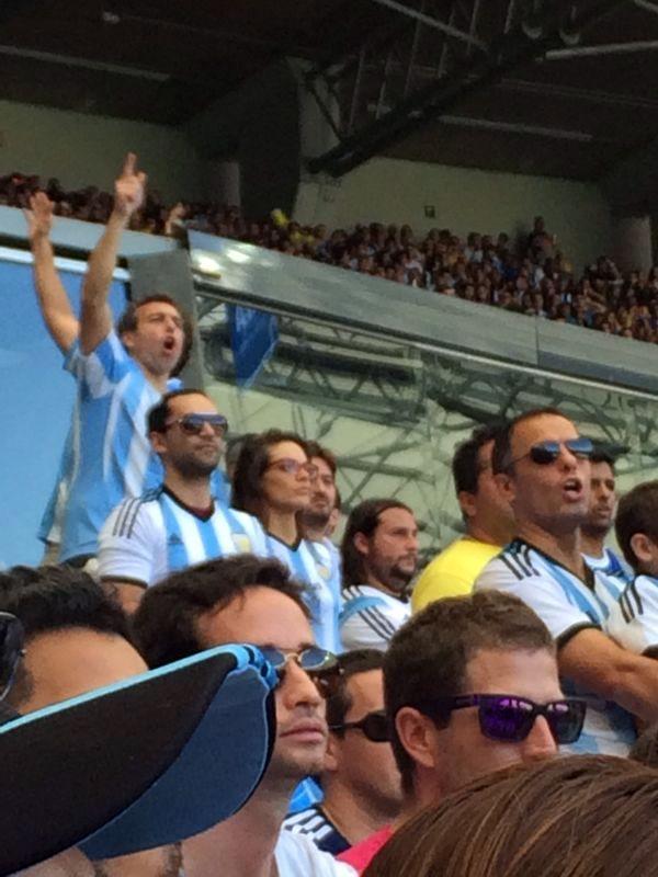 Gonzalo Heredia y Emilia Attias, juntos en Brasil en el partido de la Selección