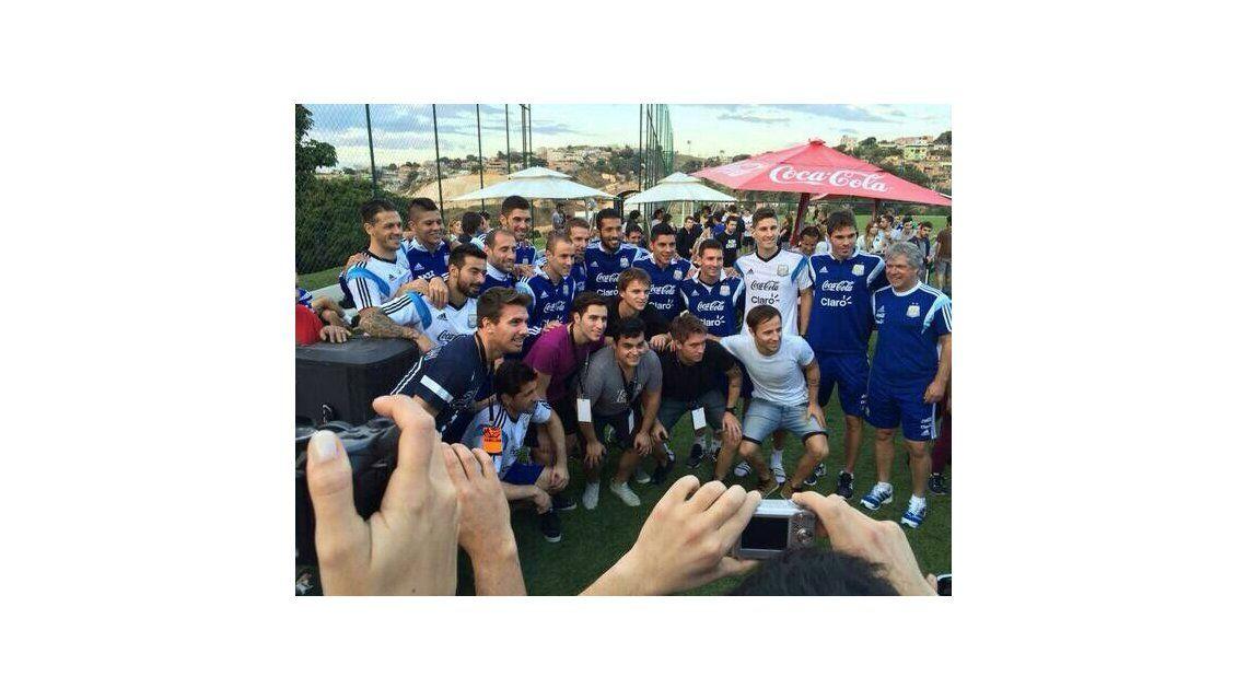 La Selección argentina festejó con Karina y los Totora a pura música