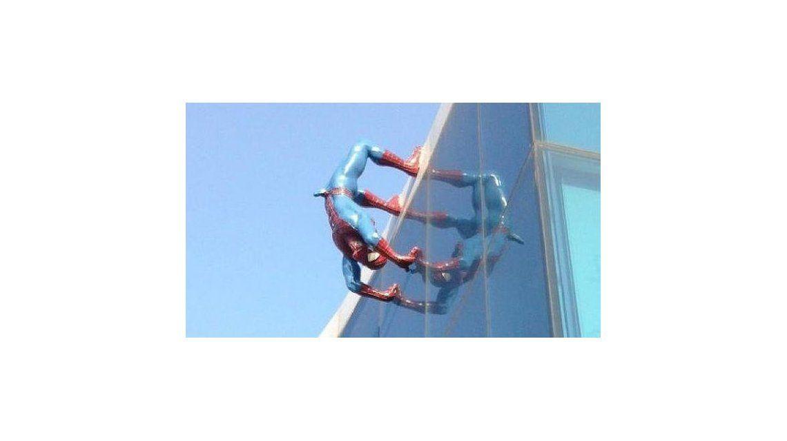La insólita estatua de Spiderman con una erección