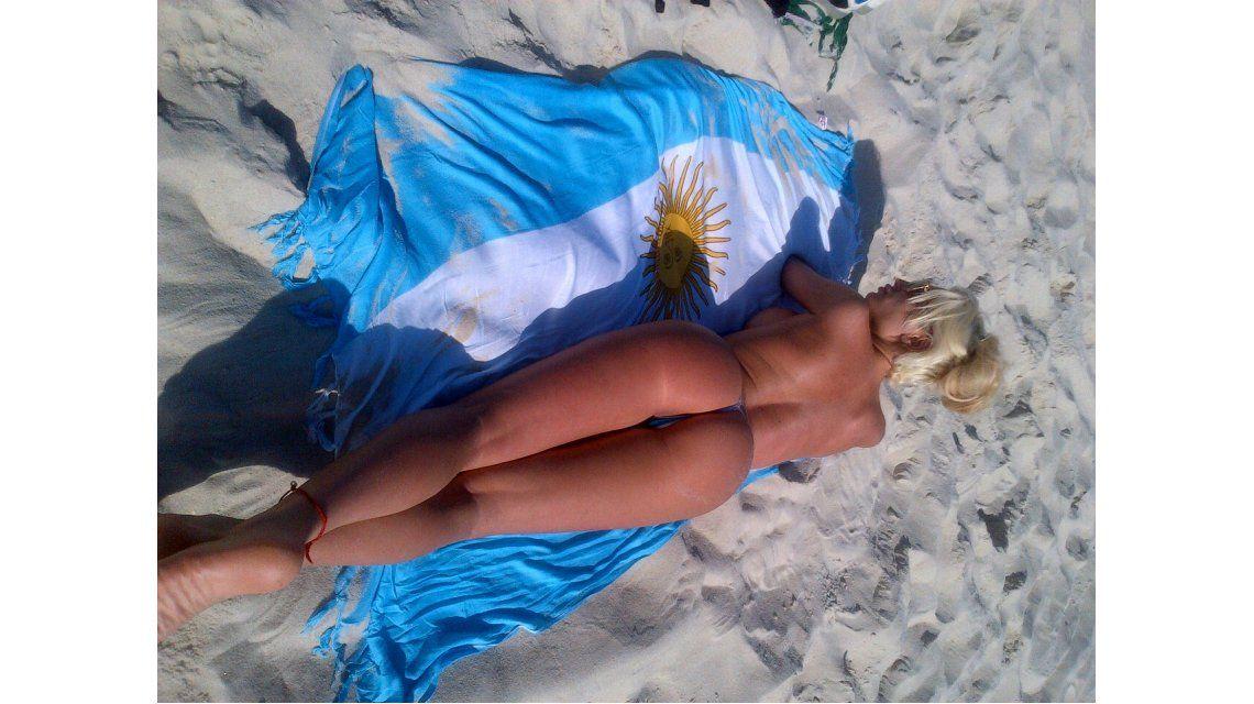 La Griega perdió su peluca pero encontró el sol del Mundial desnuda  y conoció el subte
