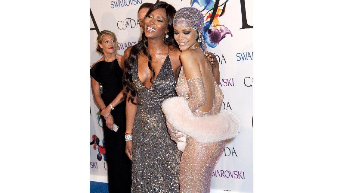 Revuelo por el topless lleno de brillantes que lució Rihanna en la alfombra roja