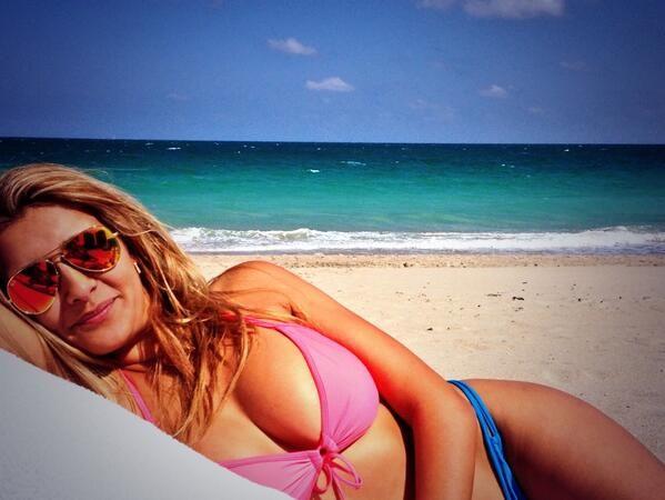 El álbum de las vacaciones de Nazarena Vélez con su familia en la playa
