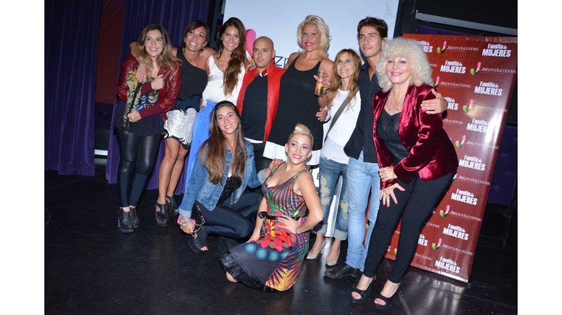 Nazarena Velez y sus elencos festejaron el exito y el fin de la temporada en Carlos Paz