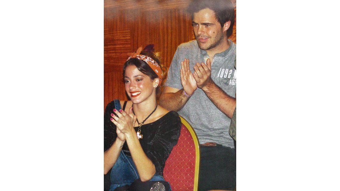 Violetta y Peter Lanzani, abrazados en la función de Casi Normales