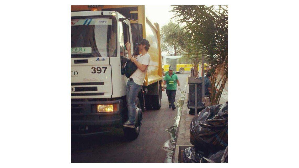 La particular forma de Pedro Alfonso para llegar al teatro: en un camión de basura