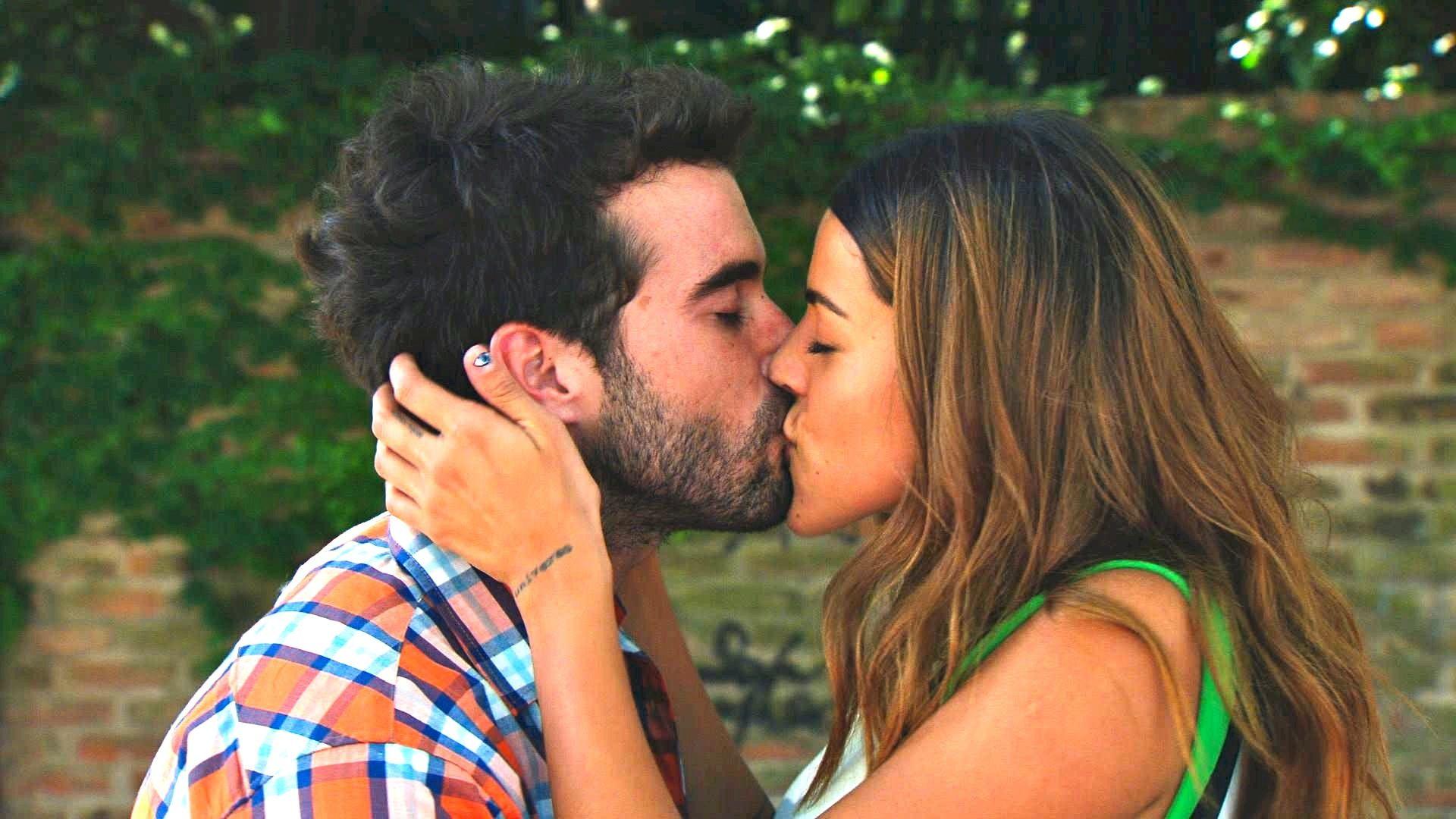 El beso de Nicolás Cabré y Calu Rivero en Mis amigos de siempre