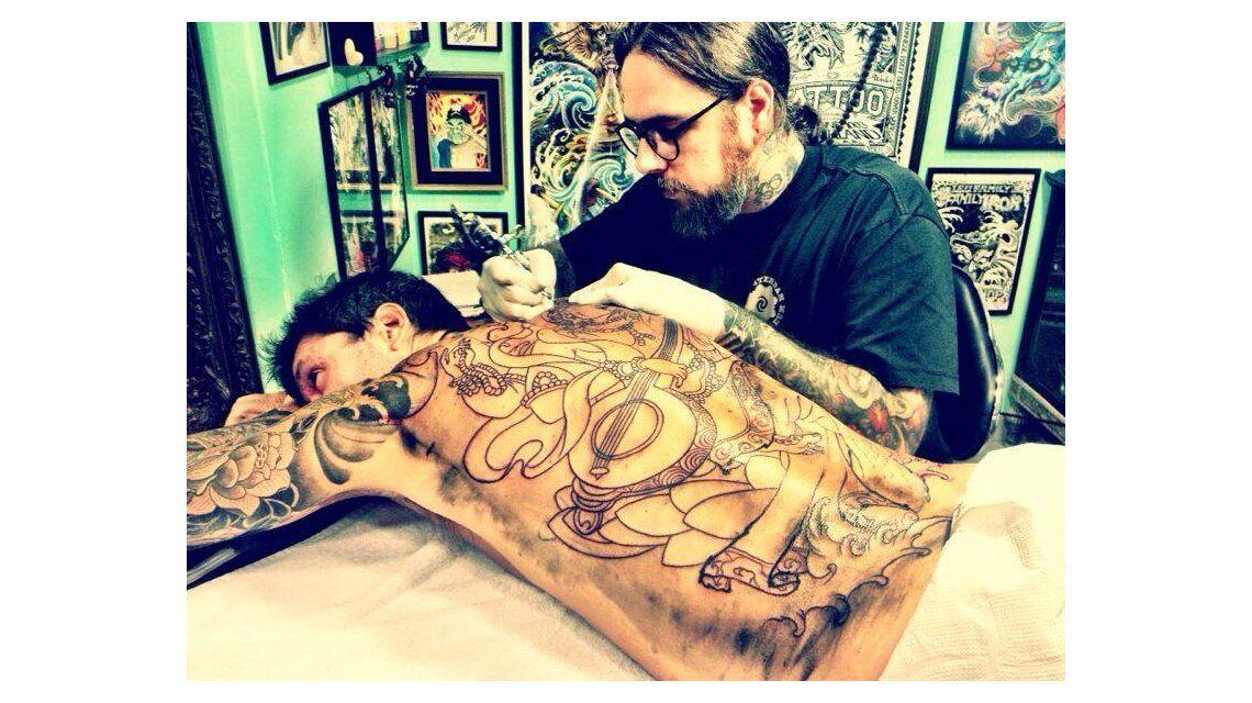 Tinelli se tatuó la espalda completa y subió a Twitter la foto del diseño terminado