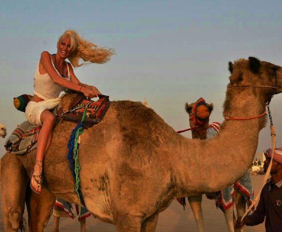 El álbum de fotos de la griega Victoria Xipolitakis a camello en Dubai