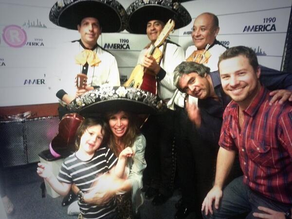 De festejo: el cumpleaños de Florencia Peña en la radio con su hijo y mariachis