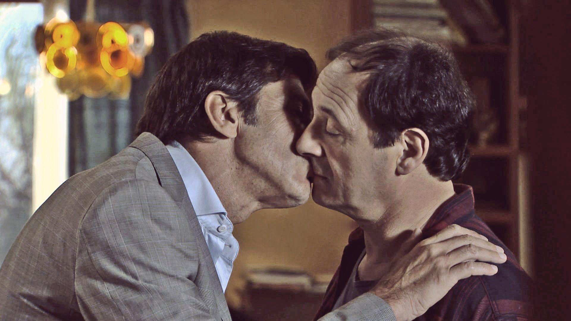 Farsantes: el romántico beso entre Juan (Nicolás Repetto) y Guillermo (Julio Chávez)