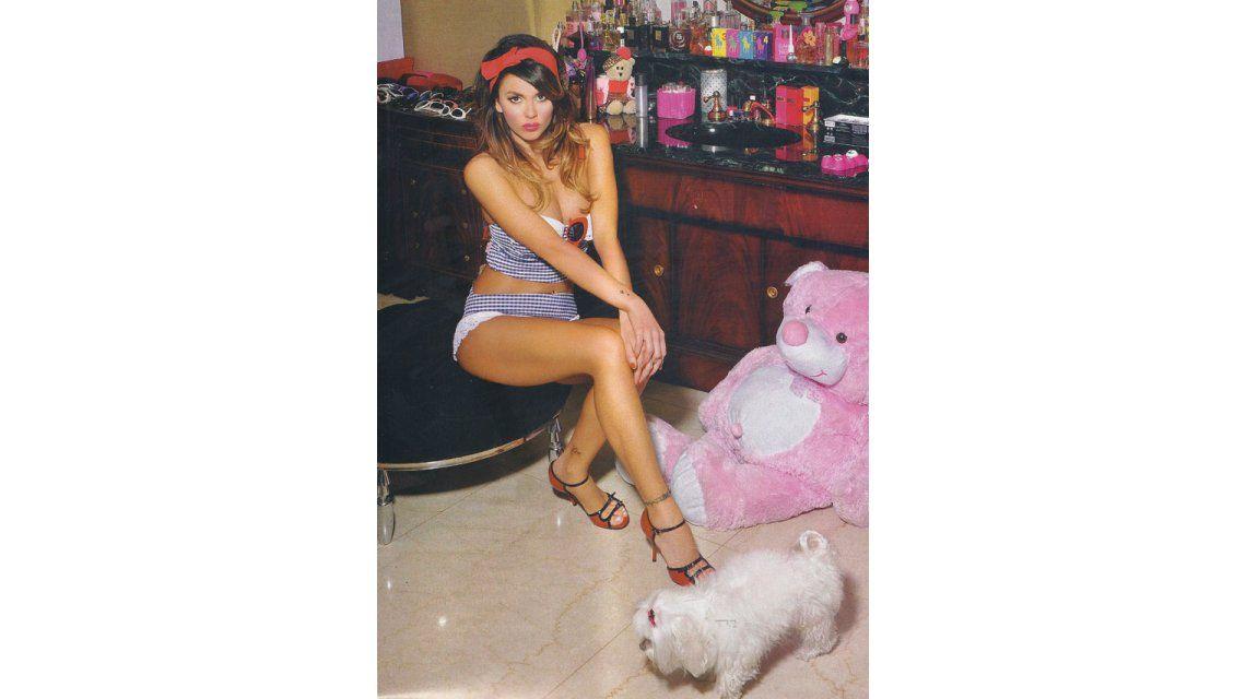 Jelinek se viste de rosa contra Fariña: Leo quiere llevarse hasta mis tangas