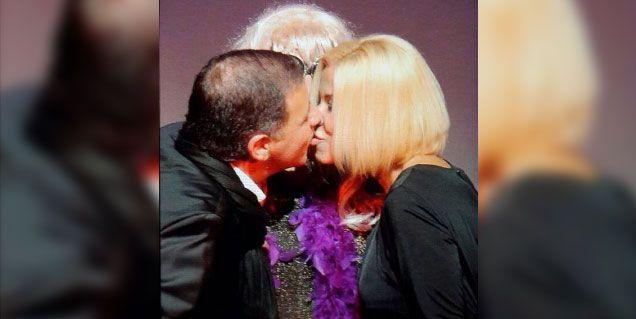 Doman y su novia Carolina: el primer beso en público con Jey Mammon en el teatro