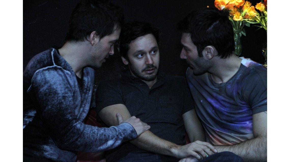 Farsantes: Pedro se aleja de Guillermo, sale de reviente y va a un boliche gay