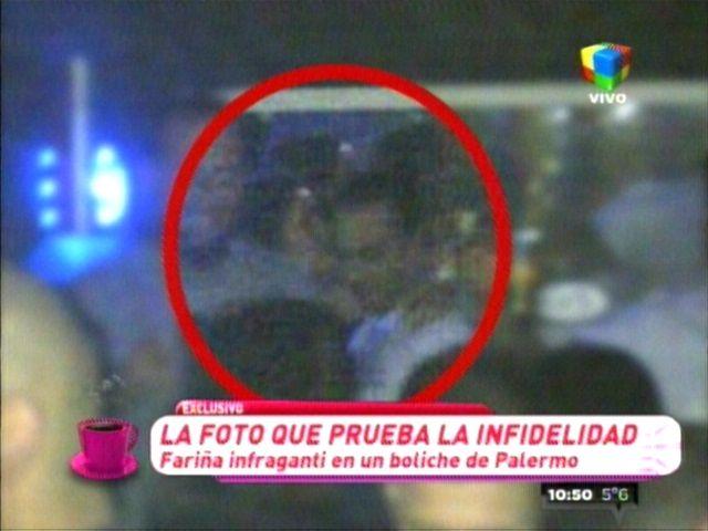 Leo Fariña al lado de otra mujer en un boliche, lejos de Karina Jelinek