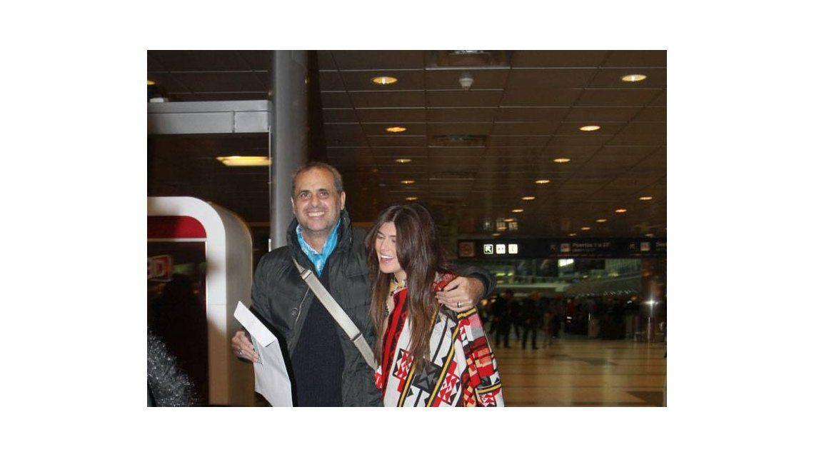 Rial inicia un viaje familiar con su novia Loly Antoniale y sus hijas