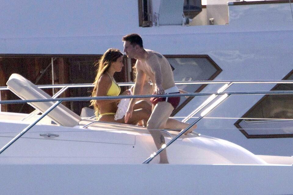 Las románticas vacaciones de Lionel Messi con su mujer y su hijo Thiago en Ibiza