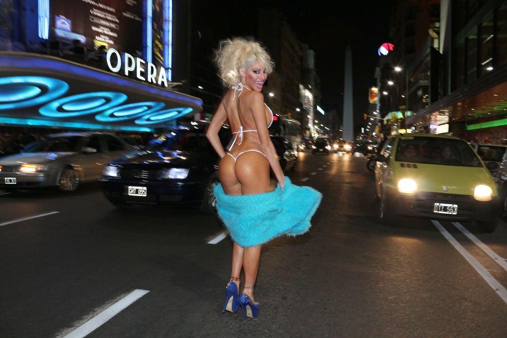 El 9 de julio de la griega Xipolitaxis, desnuda en avenida corrientes