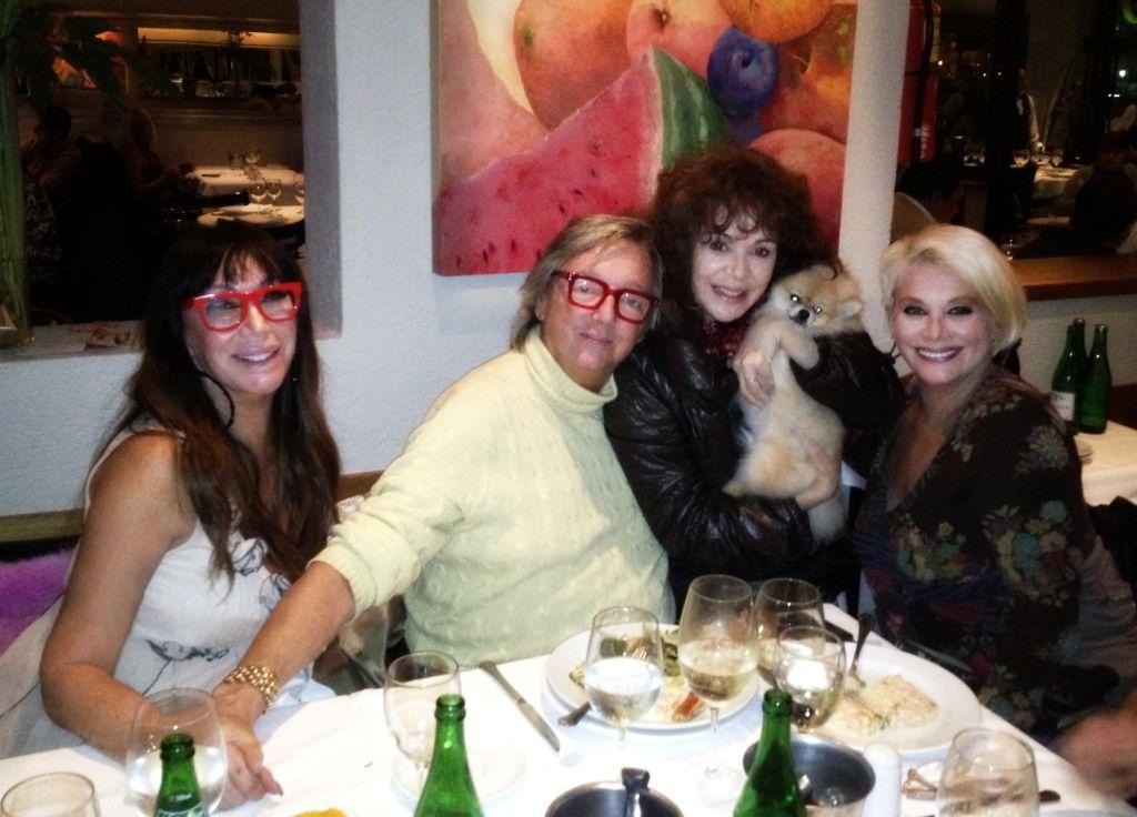 Carmen, Moria, Pepe Cibrián y Patricia Palmer, juntos, en una cena íntima