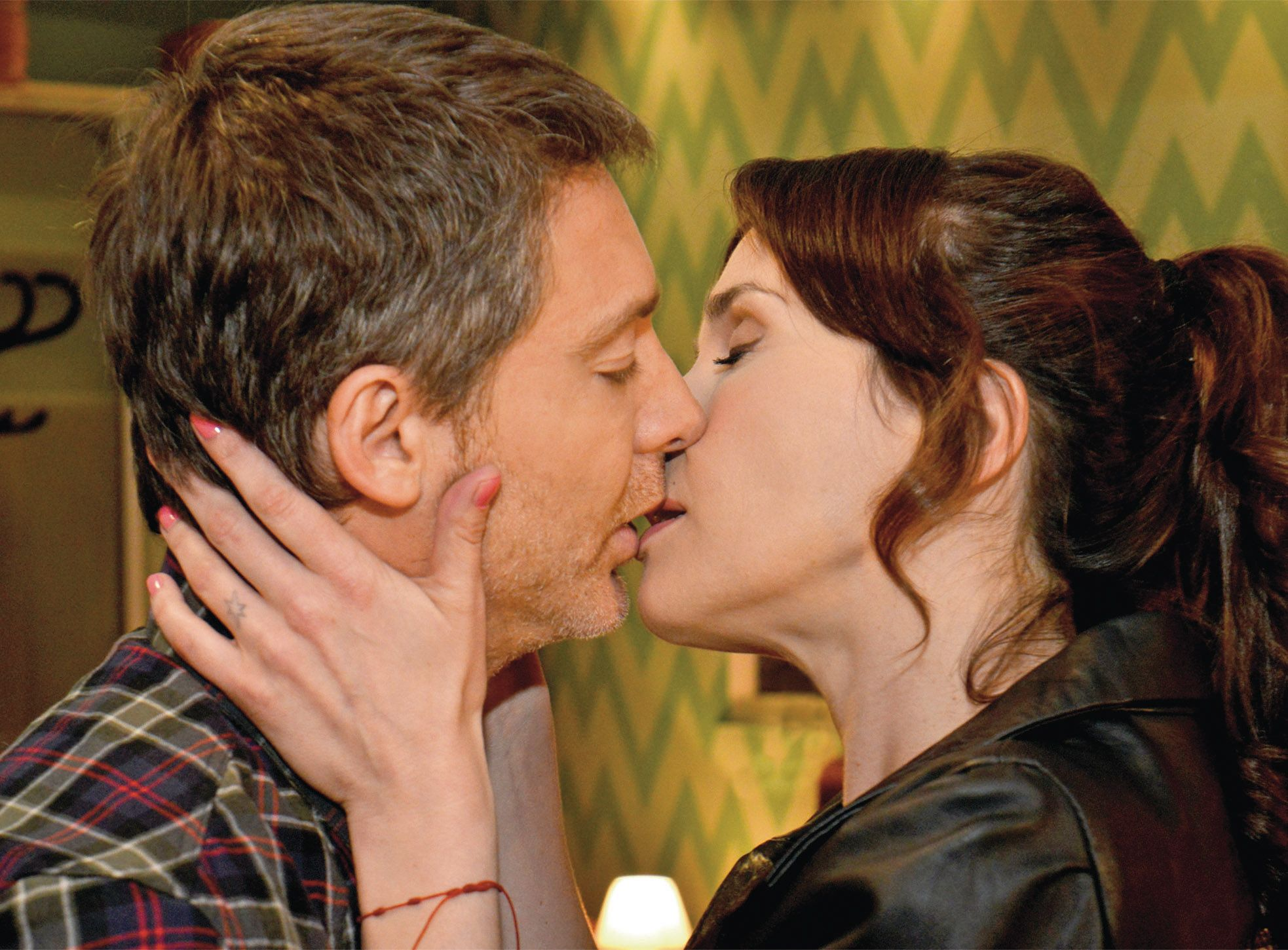 Al fin: el primer beso de Juan Cousteau y Aurora Andrés en Solamente Vos