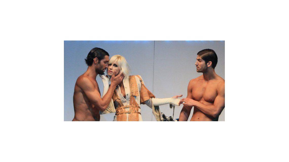 Ingrid Grudke desnudó a dos hombres en la pasarela