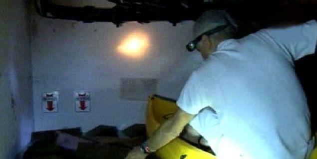 Alberto Cormillot, a bordo de una canoa, recorrió en televisión su clínica inundada