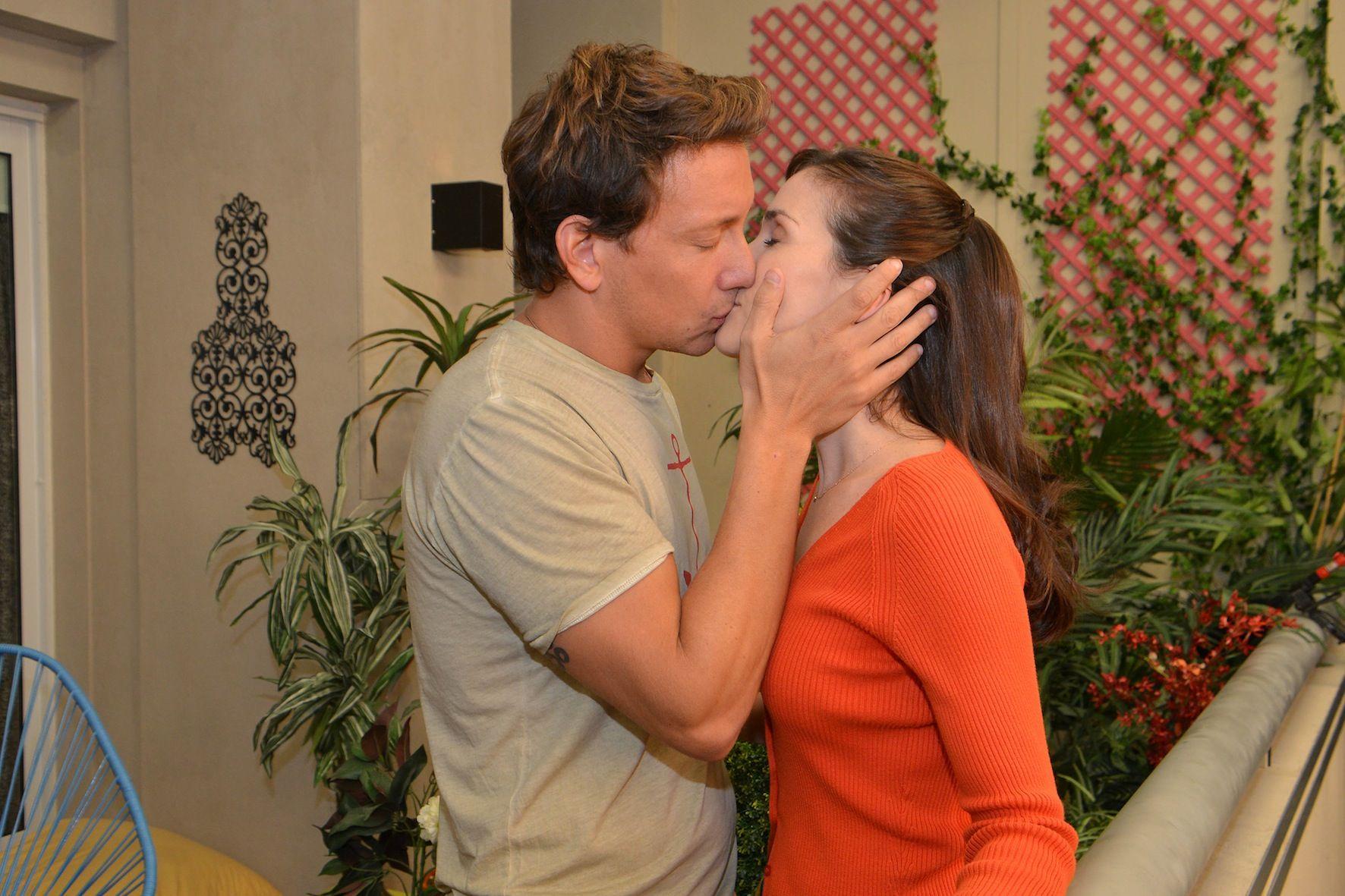 El apasionado beso de Nicolás Vázquez y Natalia Oreiro en Solamente vos