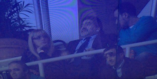 Diego Maradona viendo Barcelona y Real Madrid con su nueva pareja, Rocío Oliva