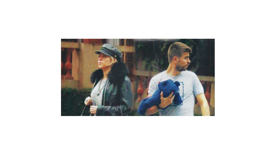Shakira y Piqué de paseo con su hijo por las calles de Barcelona