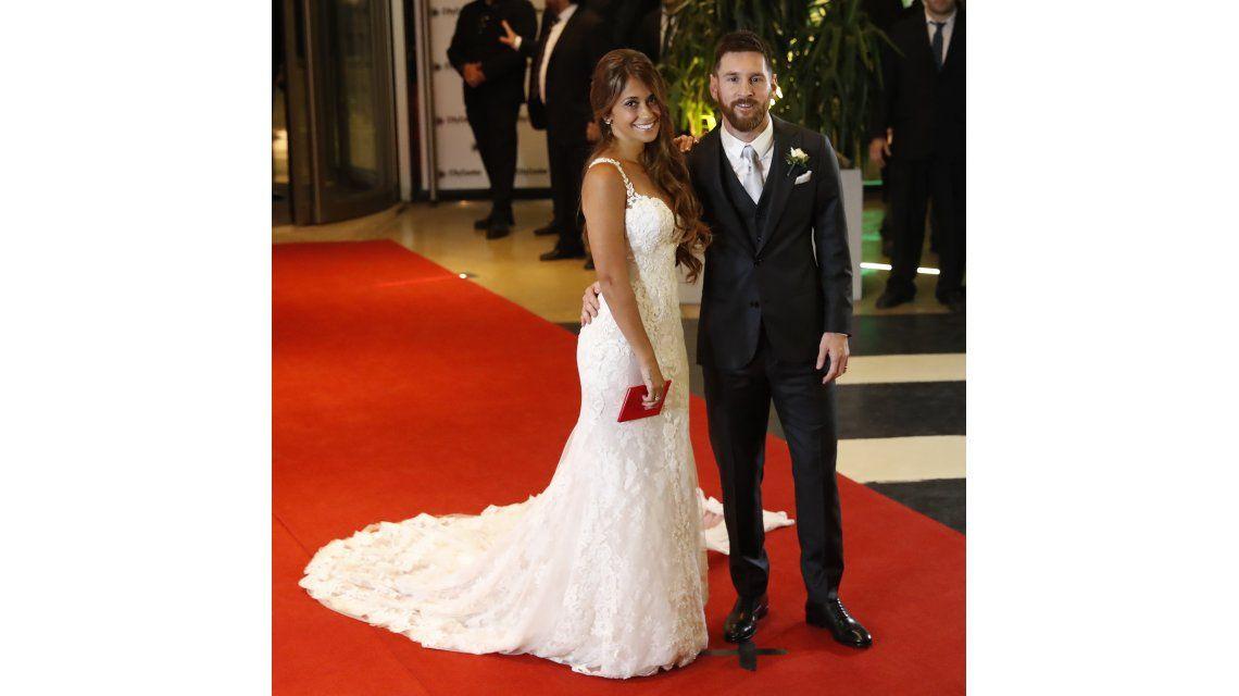 Antonela y Messi saludan a la prensa