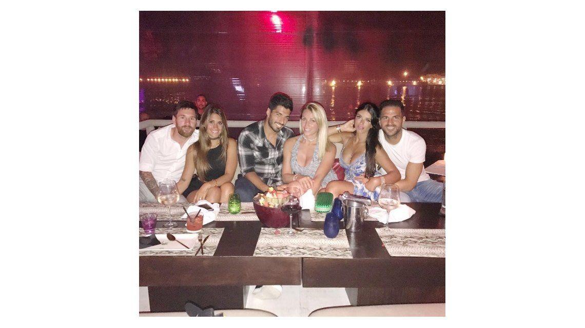 Messi y Antonella con sus amigos