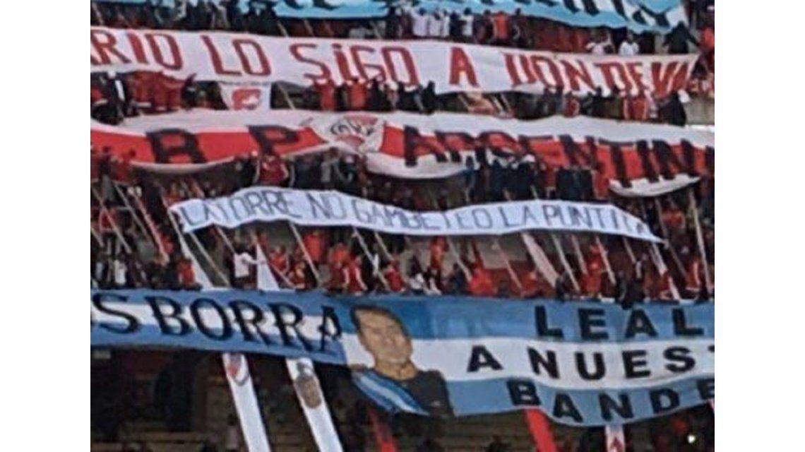 La Bandera Irnica De La Hinchada De River Latorre No Gambete La